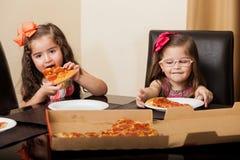 Kleine vrienden die pizza eten Stock Foto