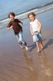 Kleine vrienden door de oceaan royalty-vrije stock afbeeldingen
