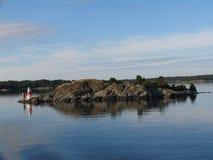 Kleine vuurtoren op klein eiland royalty-vrije stock afbeeldingen