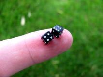 Kleine Würfel auf Finger stockfoto