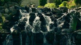Kleine Wasser-Kaskade im Stadt-Park stock video footage