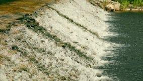 Kleine Wasser-Kaskade im Stadt-Park stock footage