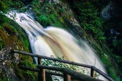 Kleine Wasserfälle mit Felsen Stockbild