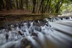 Kleine Wasserfälle nannten Geräusche Stockbild
