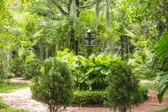 Kleine waterfontein in oude Engelse tuin royalty-vrije stock afbeeldingen