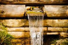 Kleine waterkanaal en waterval Stock Afbeeldingen