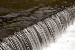 Kleine waterkering op riverine Stock Fotografie