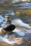 Kleine waterlopen met rotsen stock foto's