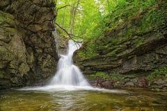 Kleine waterval in Balkan Bergen Royalty-vrije Stock Afbeelding