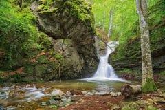 Kleine waterval in Balkan Bergen Stock Afbeelding