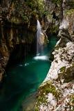 Kleine Waterval bij Soca-Rivier, het Nationale Park van Triglav Stock Fotografie