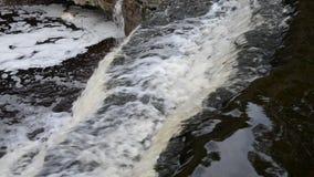 Kleine waterval bij wolkendag stock video
