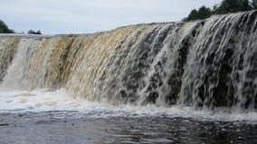 Kleine waterval bij wolkendag stock footage