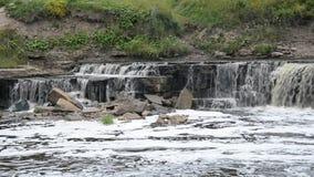 Kleine waterval bij wolkendag stock videobeelden