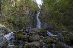 Kleine waterval in de Altai-Bergen Stock Afbeelding