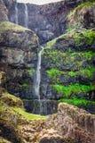 Kleine waterval in de bergen, IJsland Royalty-vrije Stock Foto
