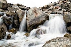 Kleine waterval in de bergen van Oostenrijk Stock Foto's