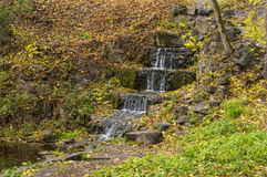 Kleine Waterval in de Herfst Stock Afbeeldingen