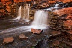 Kleine waterval in de Kloof van Hancock, Karijini NP, Westelijke Austr stock fotografie