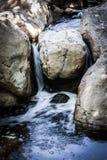 Kleine Waterval die een Kreek doornemen royalty-vrije stock foto
