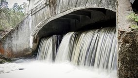 Kleine waterval die van een samlldam stromen stock afbeelding