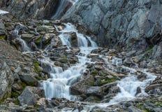 Kleine waterval in het Polaire Oeralgebergte in de zomer royalty-vrije stock afbeelding