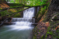 Kleine waterval op een rivier Stock Foto's