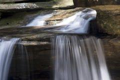 Kleine waterval over het bed van de rotskreek royalty-vrije stock afbeelding