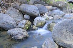Kleine Waterval in Rivier stock foto