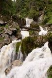 Kleine waterval in rivierbed 06 stock afbeelding