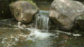 Kleine waterval tussen de stenen stock footage