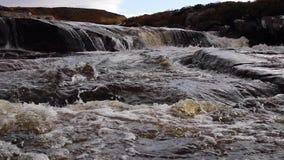 Kleine watervallen en stroom langs een hoge Schotse hooglandenrivier in sutherland in november stock footage