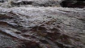 Kleine watervallen en stroom langs een hoge Schotse hooglandenrivier in sutherland in november stock videobeelden
