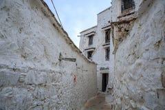 Kleine weg in het Drepung-Klooster stock foto's