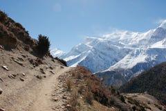 Kleine weg hoog in het Himalayagebergte royalty-vrije stock foto