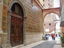 Kleine weg met een boog en de kant van de verfraaide gekleurde oude bouw van Verona in Italië stock foto's