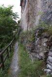 Kleine weg met houten leuning Stock Fotografie