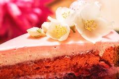 Kleine weiße Blumen auf rosa Kuchen Stockfotos