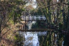Kleine weiße Holzbrücke in einem Park stockfoto