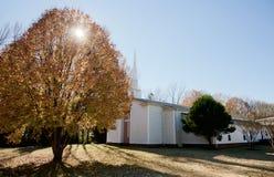 Kleine weiße Kapelle, die im Sun sitzt Stockbild