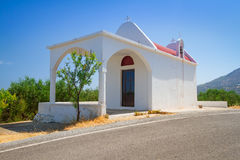 Kleine weiße Kirche auf der Küste von Kreta Lizenzfreie Stockbilder