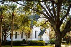 Kleine weiße Kirche hinter Eichen-und Palmen Lizenzfreie Stockfotografie