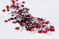 Kleine weiße, rote und schwarze Diamanten Stockbilder