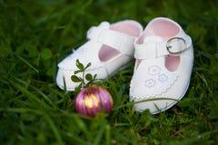 Kleine weiße Schuhe für Baby Lizenzfreies Stockbild