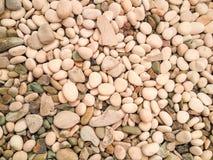 kleine weiße Steine und graue Felsenbeschaffenheit Stockbild
