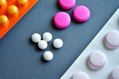 Kleine weiße und rosa Pillen Lizenzfreie Stockfotografie