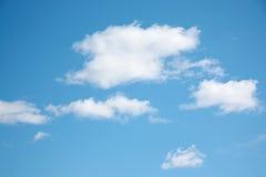 Kleine weiße Wolken auf hellblauem klarem Himmel Stockbilder