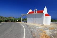 Kleine weiße Kirche auf der Straßenseite von Kreta Lizenzfreies Stockfoto