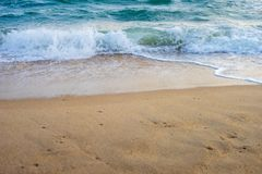 Kleine Welle, die das mit gelbem Sand weitergeht lizenzfreies stockbild