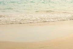 Kleine Wellen auf dem Strand am Nachmittag, weiche Welle des Meeres auf dem sandigen Strand, selektiver Fokus Lizenzfreies Stockbild